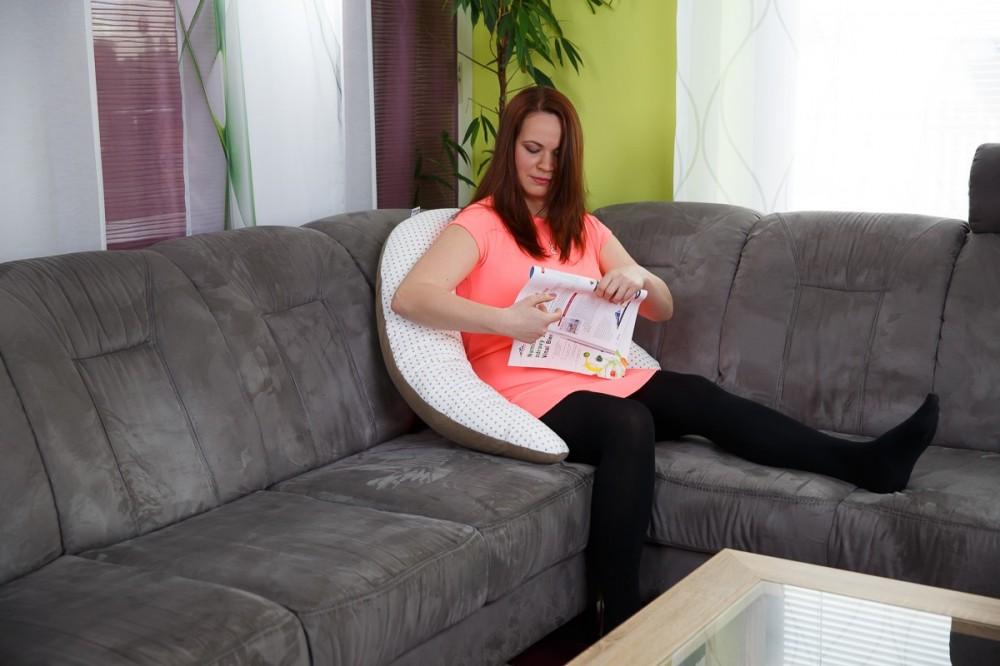 Při tvrdnutí bříška se těhotná může krásně uvelebit v kojicím polštáři